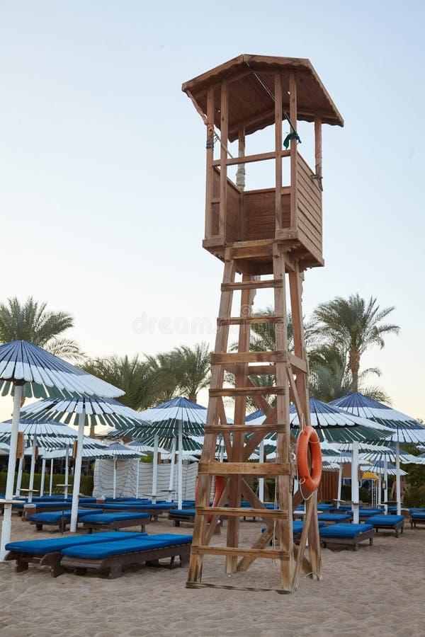 Torre de madera del salvavidas en la playa de la arena fotos de archivo libres de regalías