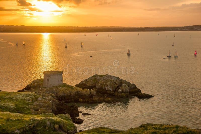 Torre de Martello en la puesta del sol. Irlanda imagen de archivo libre de regalías