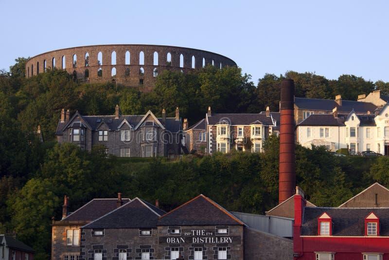 Torre De McCraig Y Destilería De Oban - Escocia Foto de archivo editorial