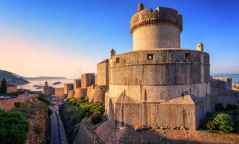 Torre de Minceta e paredes da cidade de Dubrovnik, Croácia foto de stock