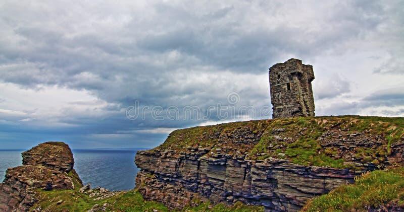 Torre de Moher - ruína de pedra Windswept de uma torre de vigia velha que esteja na cabeça da bruxa velha fotografia de stock