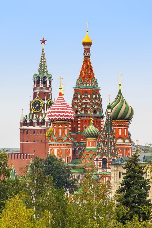 Torre de Moscú el Kremlin Spasskaya, catedral del ` s de la albahaca del St alrededor del imágenes de archivo libres de regalías