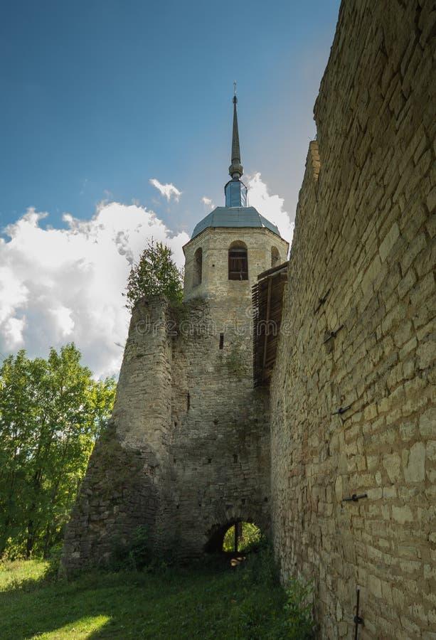 Torre de Nikolskaya de ameias de Porkhov fotos de stock royalty free