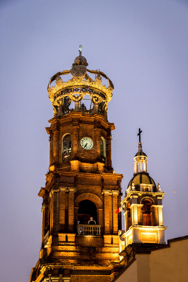 Torre de nossa senhora da igreja na noite - Puerto Vallarta de Guadalupe, Jalisco, México fotografia de stock royalty free
