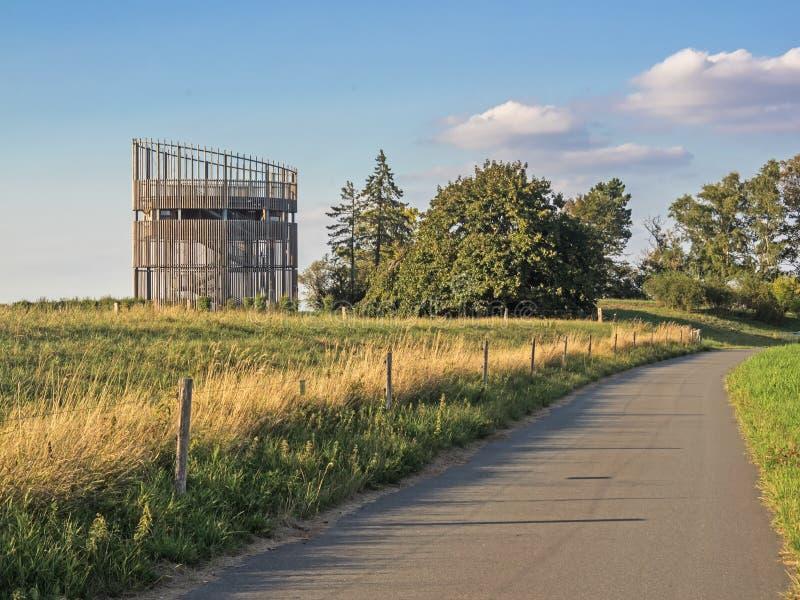 Torre de observação na reserva natural Luneplate em Bremerhaven, Alemanha norte imagens de stock royalty free