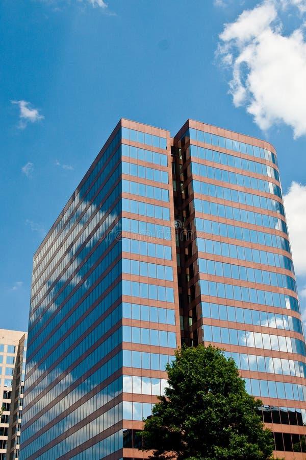 Torre de Offie do tijolo vermelho com Windows azul fotos de stock