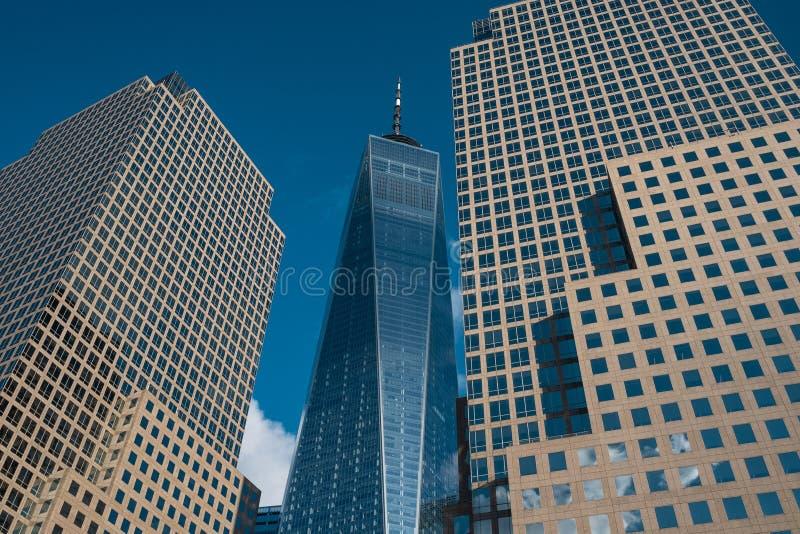 Torre de One World Trade Center em mais baixo Manhattan contra o céu azul claro em New York City imagem de stock royalty free