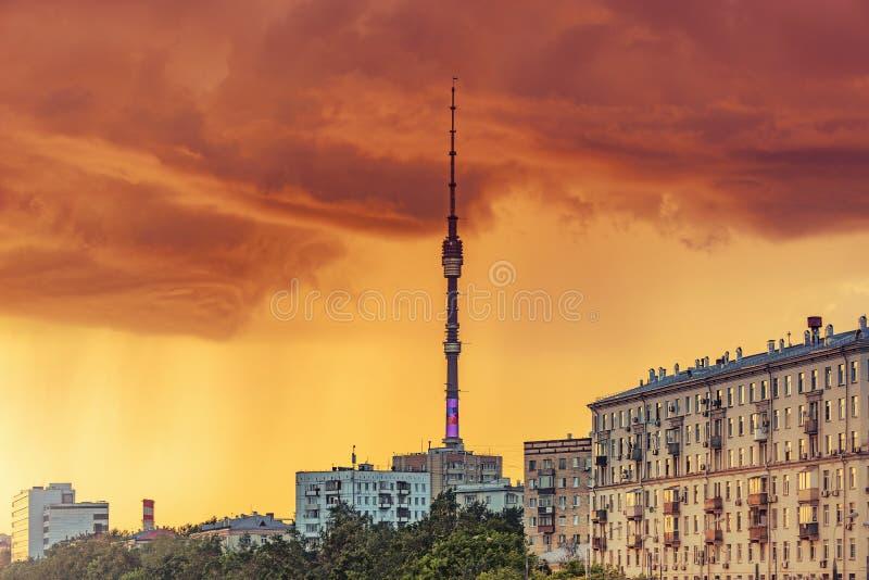 Torre de Ostankino sob o céu tormentoso no tempo do por do sol fotografia de stock royalty free