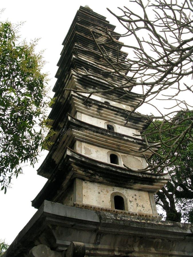 A torre de pedra antiga estica-se ao céu azul fotos de stock