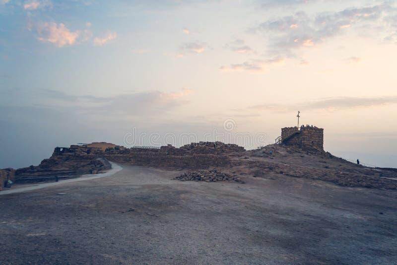 Torre de pedra antiga só no território abandonado do forte de Massada em Israel Amanhecer em Massada Ru?nas do velho imagem de stock