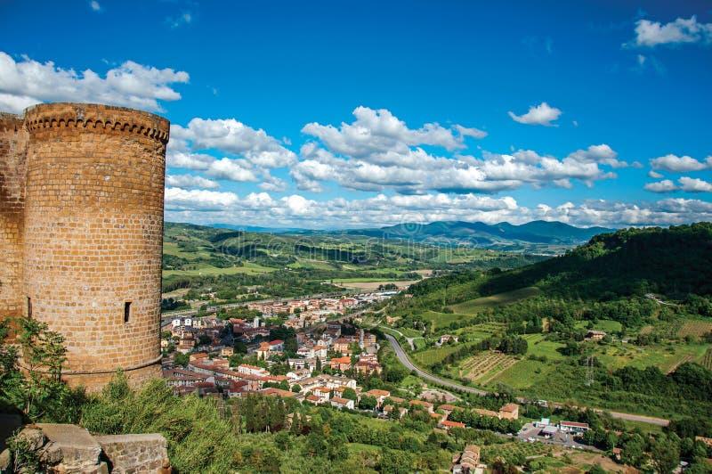 Torre de pedra e montes verdes com os telhados perto de Orvieto fotografia de stock royalty free