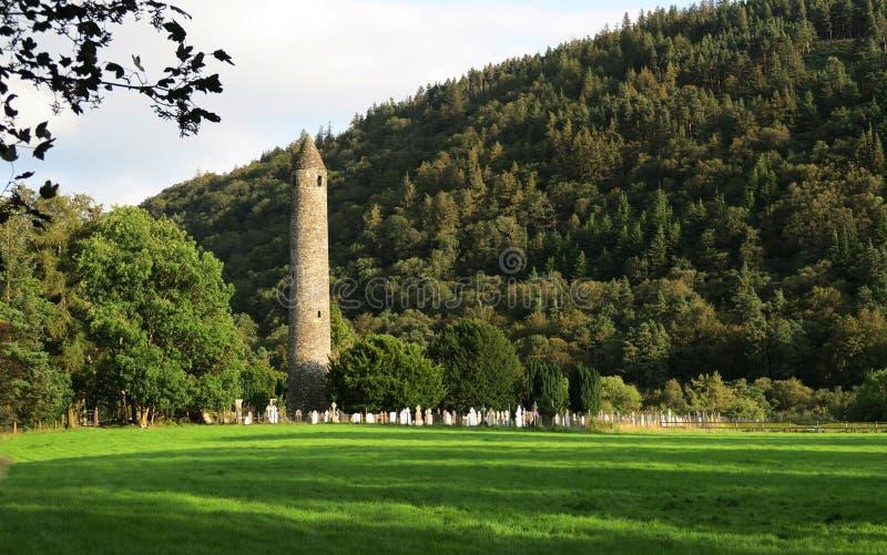 Torre de pedra em Glendalough - liquidação monástica medieval precoce perto de Dublin imagens de stock