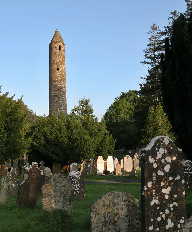 Torre de pedra em Glendalough - liquidação monástica medieval precoce perto de Dublin fotografia de stock