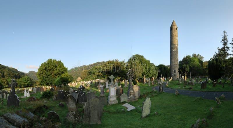 Torre de pedra em Glendalough - liquidação monástica medieval precoce perto de Dublin imagem de stock
