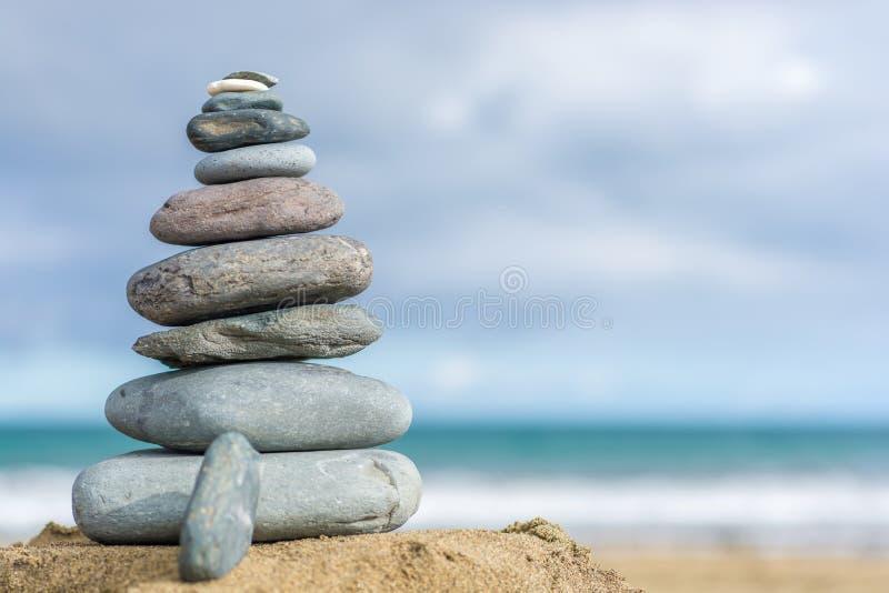 Torre de pedra em uma praia como o fundo com espaço da cópia fotografia de stock