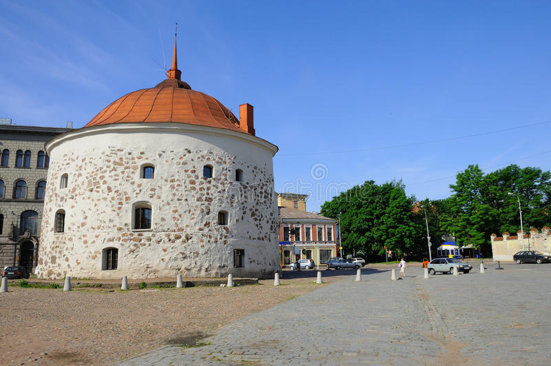 Torre de pedra redonda na cidade européia fotos de stock royalty free