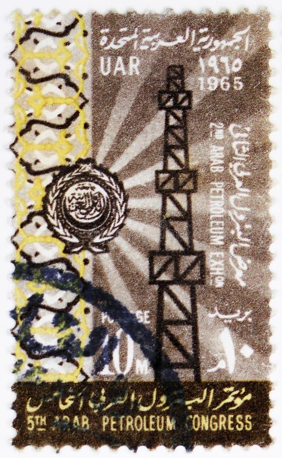 Torre de perforación de aceite y emblema, 5to serie árabe del congreso del petróleo, circa 1965 imagen de archivo libre de regalías