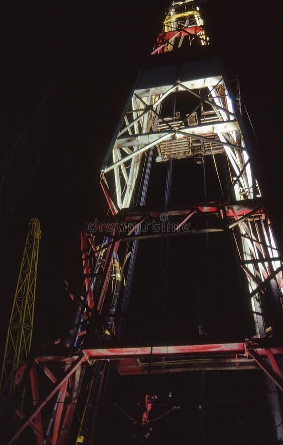Torre de perforación en la noche imagen de archivo libre de regalías