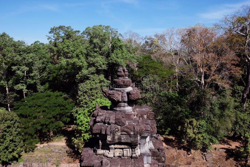 Torre de piedra antigua en el bosque el objeto del arte arquitectónico de Asia sudoriental medieval Piedra que talla, ejecutado e imágenes de archivo libres de regalías