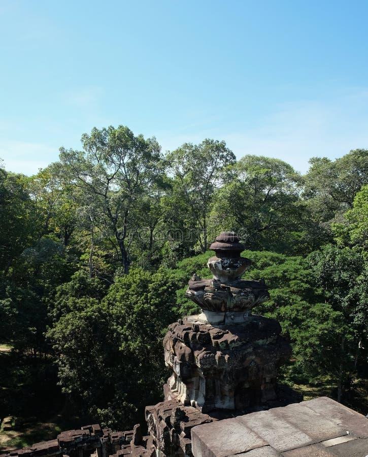 Torre de piedra antigua en el bosque el objeto del arte arquitectónico de Asia sudoriental medieval Piedra que talla, ejecutado e imagen de archivo libre de regalías