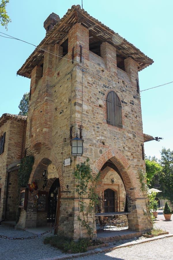 Torre de piedra del castillo medieval viejo Grazzano Visconti, Italia fotos de archivo libres de regalías