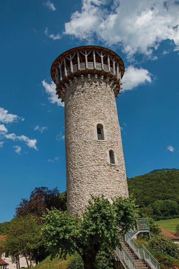 Torre de piedra en el castillo de Faverges, en el pueblo de Faverges, cerca del lago de Annecy imagen de archivo libre de regalías