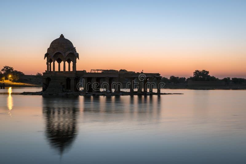 Torre de piedra en el lago sagrado Gadi Sagar en Jaisalmer fotos de archivo