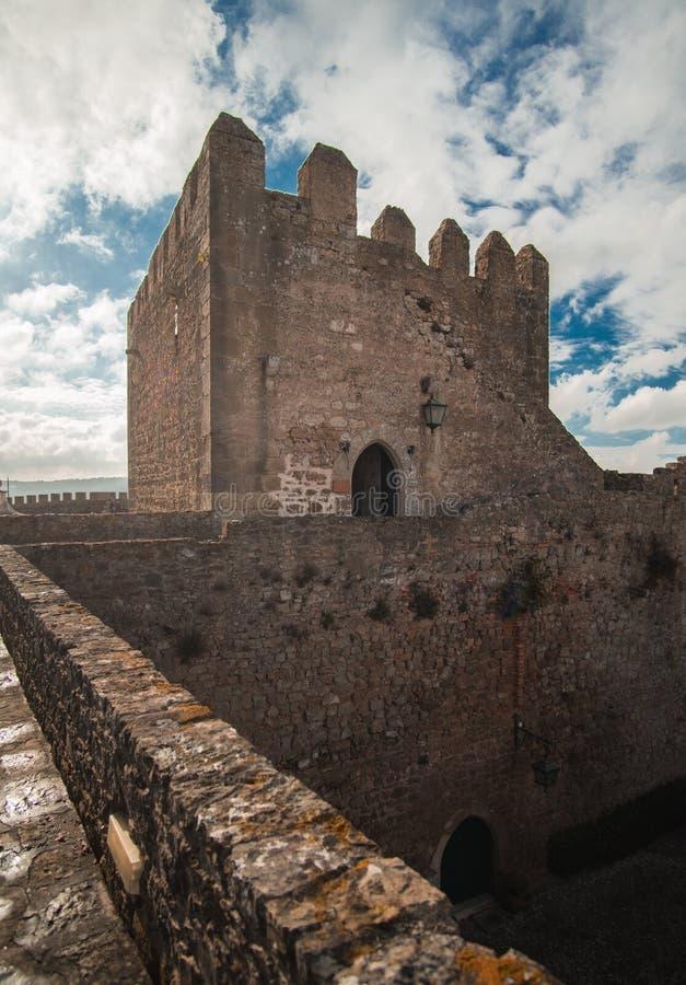 Torre de piedra medieval del castillo con el cielo azul y las nubes dramáticos imagen de archivo libre de regalías