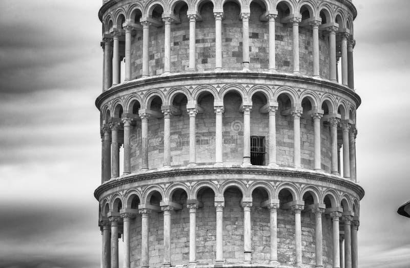 Torre de Pisa das paredes da cidade antiga imagens de stock