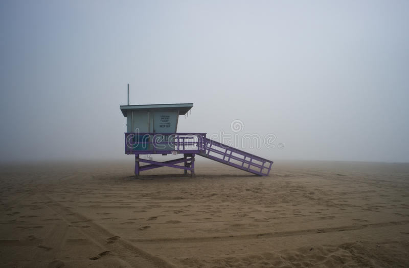Torre de protetor da vida na tarde de Foggyy fotos de stock royalty free
