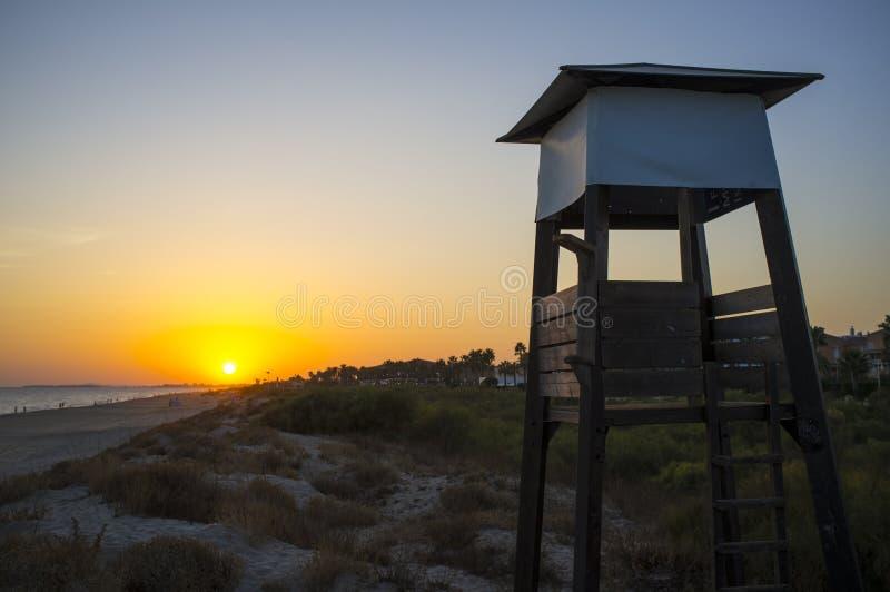 Torre de protetor da vida no por do sol perto da praia de Islantilla fotos de stock