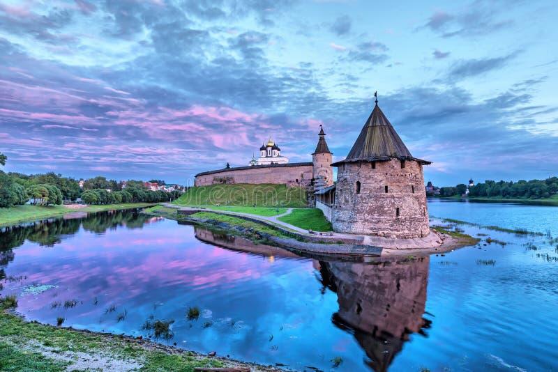 Torre de Pskov el Kremlin y de Ploskaya imagen de archivo