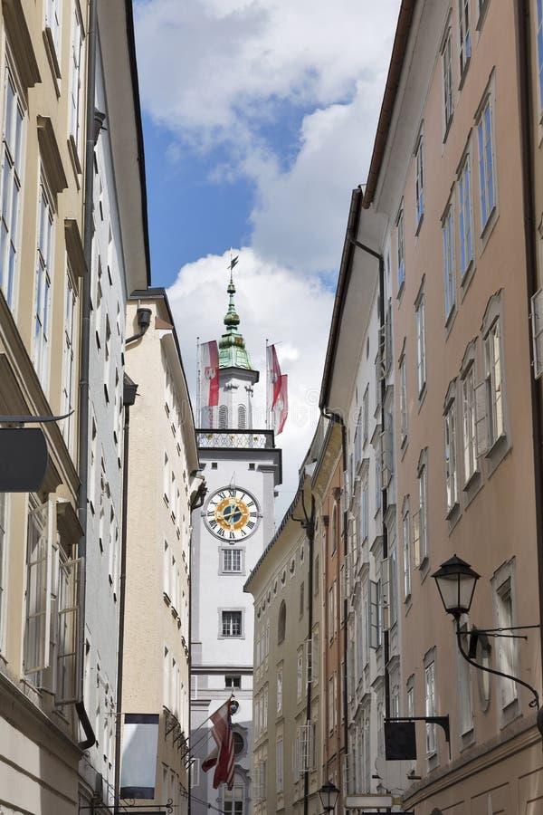 Torre de pulso de disparo da câmara municipal velha com as bandeiras em Salzburg, Áustria, Europa imagem de stock