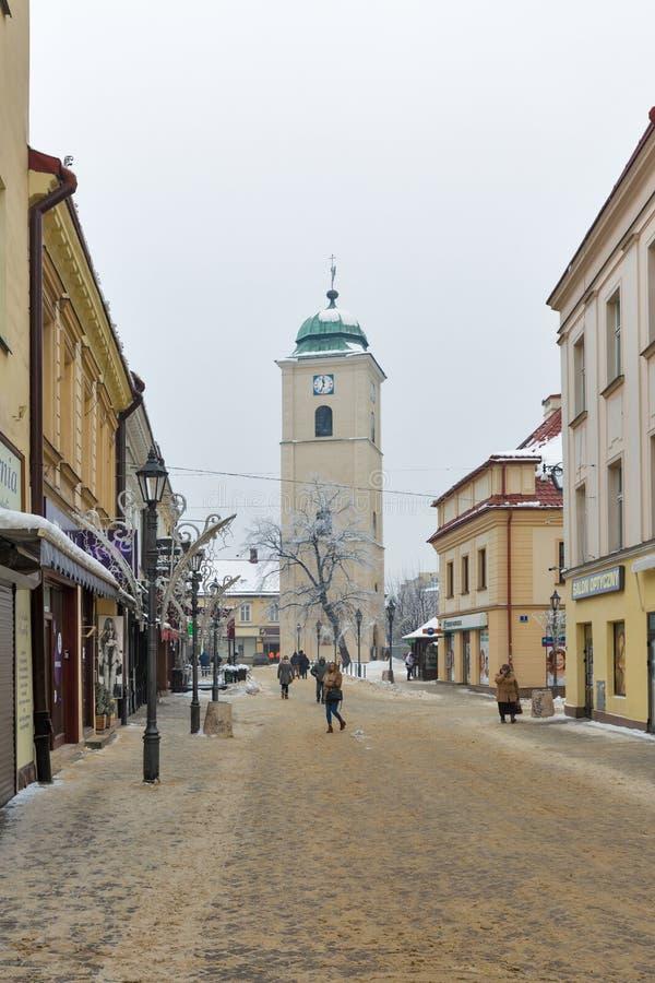 Torre de pulso de disparo da igreja do inverno no quadrado de Farny em Rzeszow, Polônia imagens de stock royalty free