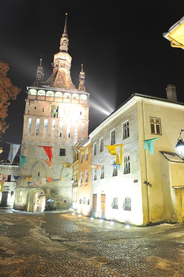 A torre de pulso de disparo de Sighisoara em a noite imagem de stock