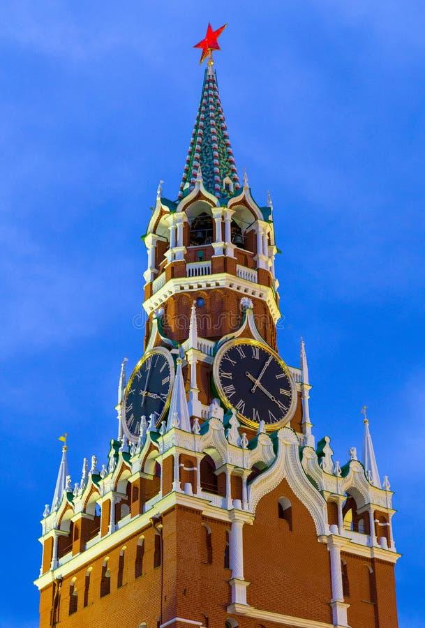 Torre de pulso de disparo de Spasskaya decorada pela estrela vermelha do rubi na parte superior foto de stock royalty free