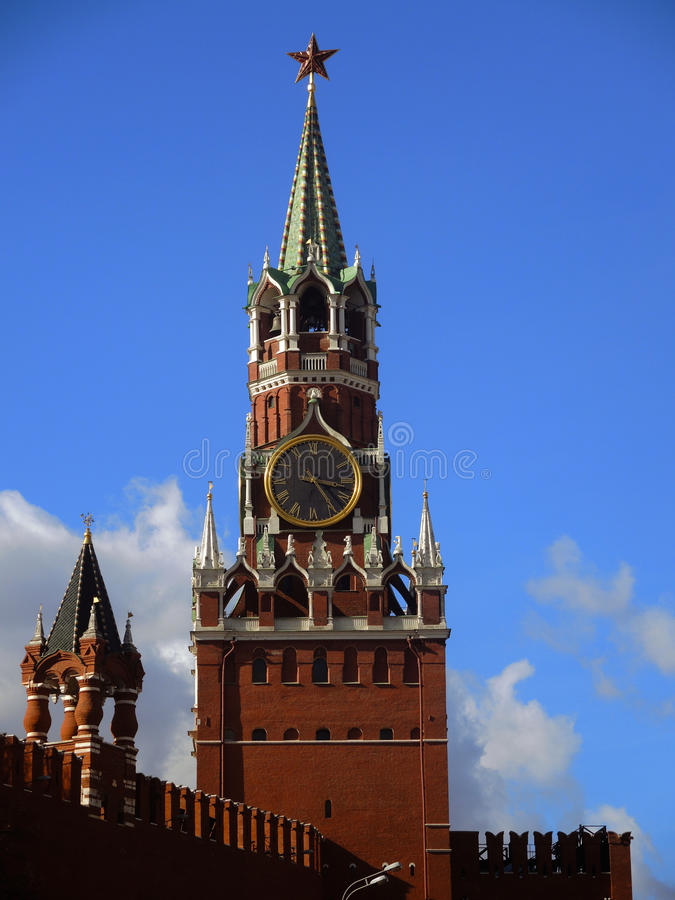 A torre de pulso de disparo de Spasskaya no Kremlin imagens de stock royalty free