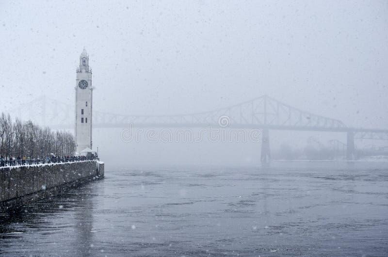 Torre de pulso de disparo e ponte de Jacques Cartier no inverno imagens de stock