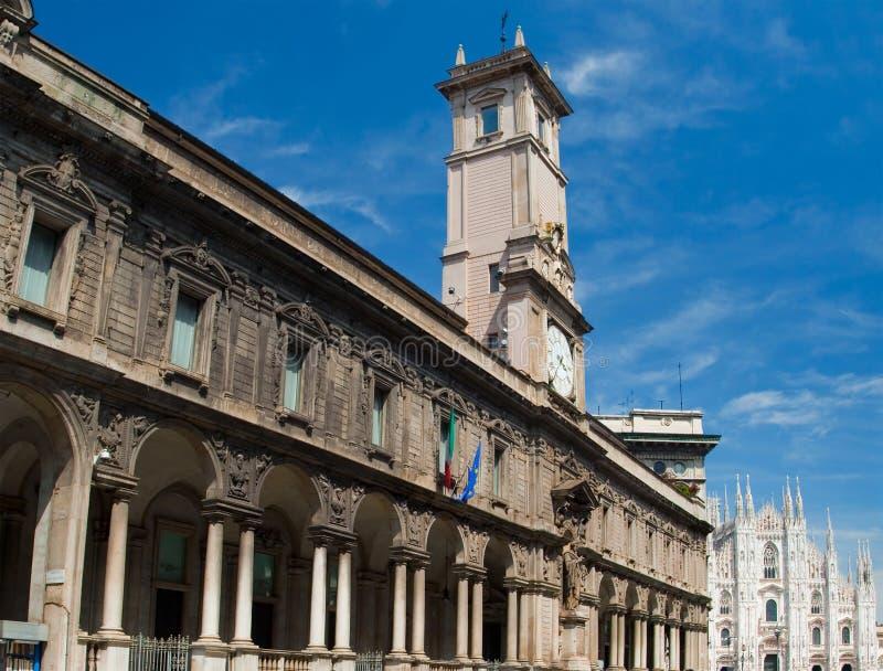 A torre de pulso de disparo na frente da catedral do domo em Milão fotos de stock