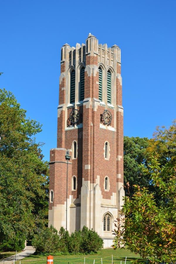 Torre de pulso de disparo no campus universitário do estado do Michigan fotografia de stock