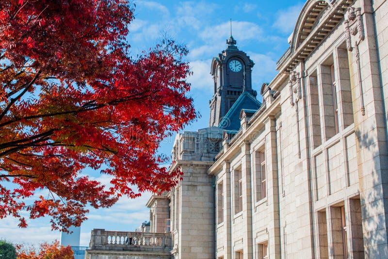 Torre de pulso de disparo antiga no telhado da construção velha com as folhas de outono em Yamagata, Japão foto de stock