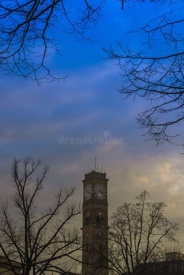 Torre de pulso de disparo com cores bonitas do céu foto de stock royalty free