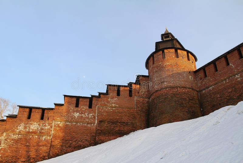 Torre de pulso de disparo e paredes do Kremlin de Nizhny Novgorod, Rússia foto de stock royalty free