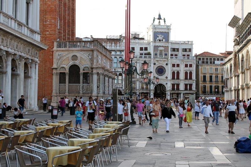 Torre de pulso de disparo no quadrado de St Mark em Veneza Itália imagens de stock