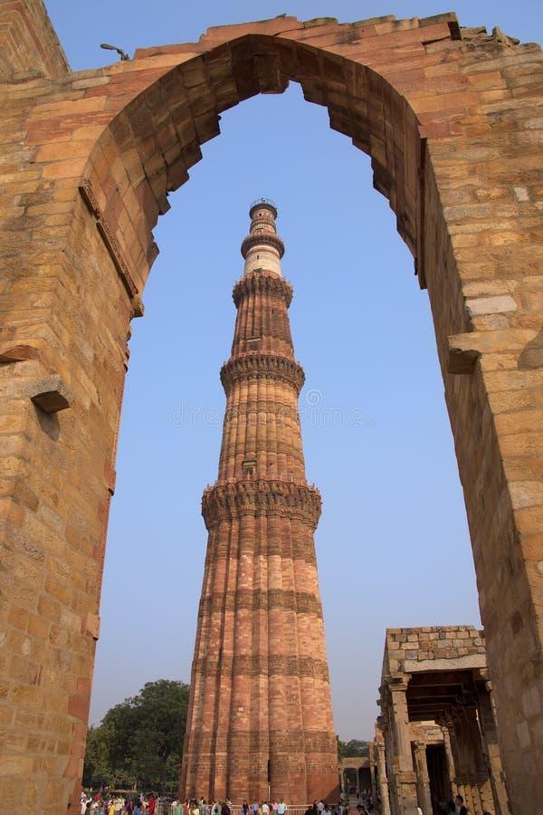 Torre de Qutub Minar vista a través del arco, complejo de Qutub Minar en Delh imagen de archivo libre de regalías