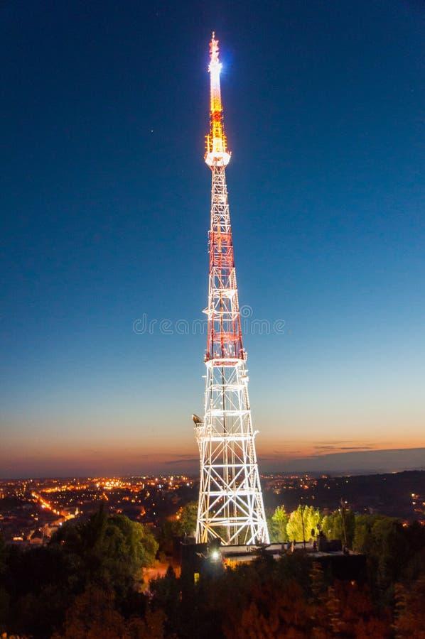 Torre de rádio na noite imagens de stock royalty free