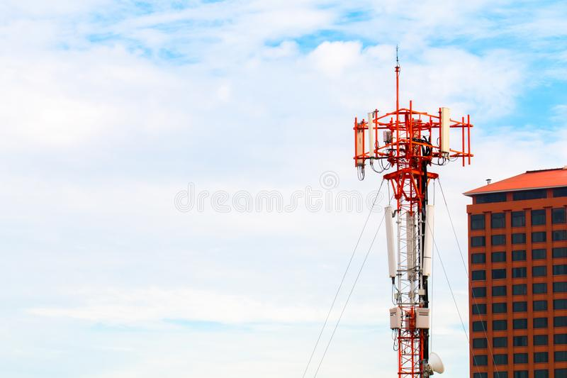 Torre de rádio sobre o céu azul perto da construção Copie o espaço fotografia de stock