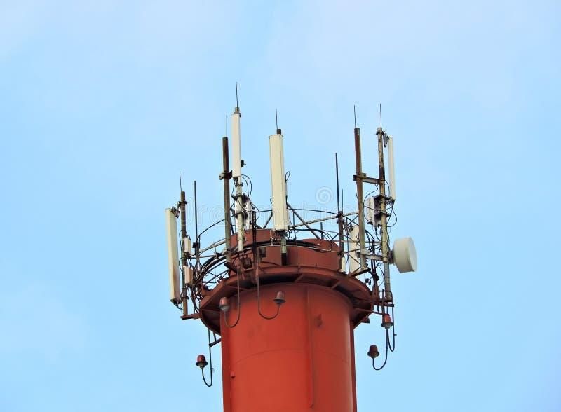 Torre de radio celullar de la comunicación del teléfono móvil, antena de microonda, transmisor imagen de archivo