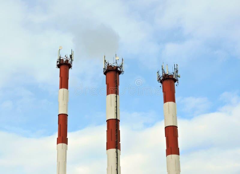 Torre de radio celullar de la comunicación del teléfono móvil, antena de microonda, transmisor fotos de archivo