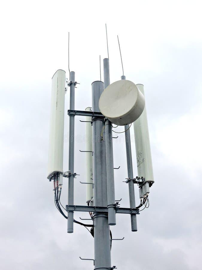 Torre de radio celullar de la comunicación del teléfono móvil, antena de microonda, transmisor imagen de archivo libre de regalías